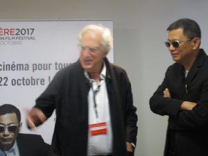 VB | Wong, amb les seves incofusibles ulleres negres, al costat de Bertrand Tavernier
