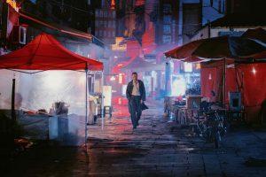 De lluny, l'actor Huang Jue a punt de començar el seu viatge tridimensional a Long day's journeys into night