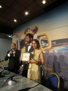 VICENÇ BATALLA | La filla de Jafar Panahi, Solmaz, ensenyant a la sala de premsa el Premi al Millor Guió coescrit amb Nader Saeivar