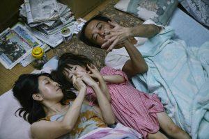 Els actors Sakura Andô, Jyro Kairi i Lily Franky a Shoplifters