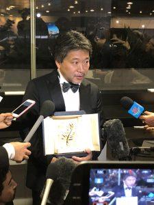 VICENÇ BATALLA | El realitzador Hirokazu Kore-eda, rodejat de la premsa japonesa després de rebre la Palma d'Or a Canes