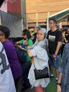 La cantant malaia Suiko Takahara (The Venopian Solitude), ballant al concert de Little Simz