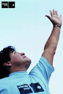 Després d'algunes peripècies, els organitzadors van aconseguir fer-li fotos a Maradona a Mèxic per a la imatge del 2002