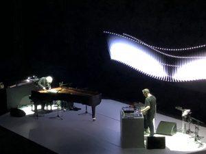 VICENÇ BATALLA | Ryuichi Sakamoto, furgant dins el seu piano, i Alva Noto a la cloenda al Teatre Grec