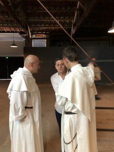 VICENÇ BATALLA | El director del Festival d'Avinyó, Olivier Py, parlant amb dos capellans abans de l'estrena de Pur présent