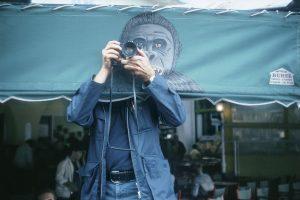 ELLIOTT ERWITT | El reporter estatunidenc fent-se un autoretrat el 1979 a Saint Tropez, que és la imatge de Players. Los fotógrafos de Magnum entran en juego