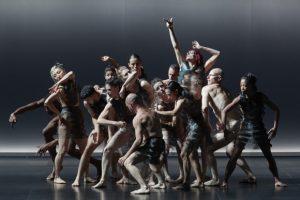 CHRISTOPHE RAYNAUD DE LAGE | Els ballarins de Kreatur, en un dels moments de reagrupament davant dels temor de l'exterior
