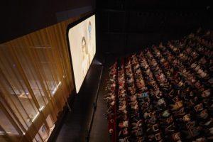 CHRISTOPHE RAYNAUD DE LAGE | El públic de Joeurs, Mao II, Les noms segueix bona part del temps els actors a través d'una pantalla