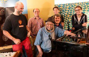 CYRIL FUSSIEN | Els cinc components del grup francès Akalé Wubé amb el veterà pianista Girma Bèyènè, amb qui han gravat el trentè volum de les Éthiopiques