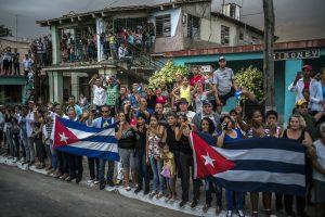 MICHAEL CHRISTOPHER BROWN | Una de les imatges de <em>Soy Fidel</em>, presa des de la comitiva funerària de L'Havana a Santiago de Cuba entre el 29 de novembre i el 4 de desembre del 2016