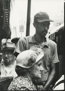 ROBERT FRANK | Una de les fotografies que van quedar fora del mític llibre <em>Les américains</em>: <em>Parada d'autobús</em>, Detroit 1955 (Collection Fotostiftung Schweiz, Winterthour)
