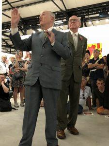 VICENÇ BATALLA | Gilbert explicant al públic els aspectes de l'exposició a la Fundació LUMA d'Arle al costat de George