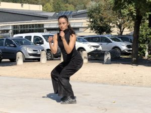 VICENÇ BATALLA | La ballarina i coreògrafa Lali Ayguadé interpretant Incógnito en un jardí al costat de L'Allégro de Miribel