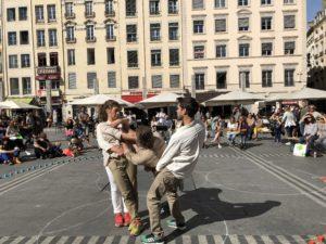 VICENÇ BATALLA | Els ballarin·es de la Compagnie Arrengement Provisoire, de Jordí Galí, executant una de les múltiples estructures d'<em>Orbes</em> a la plaça dels Terreaux de Lió