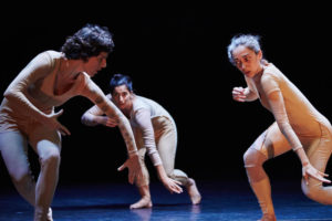PREMSA BIENNALE DE LA DANSE | Els ballarin·es de La Bolsa practiquen la tècnica anomenada <em>score</em>, una improvisació emmarcada per una sèrie de limitacions